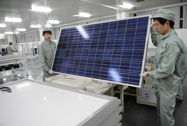 Upadek największego producenta paneli solarnych to efekt wydobycia gazu łupkowego /AFP