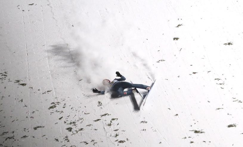 Upadek Niemca Davida Siegela po 2. serii skoków konkursu drużynowego zawodów Pucharu Świata w Zakopanem / Grzegorz Momot    /PAP