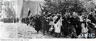 Powstanie Warszawskie - oddziały Armii Krajowej opuszczają miasto po kapitulacji