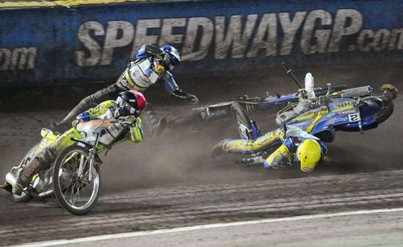 Upadek Tomasza Golloba (z lewej) podczas Grand Prix Szwecji w 2010 roku /AFP