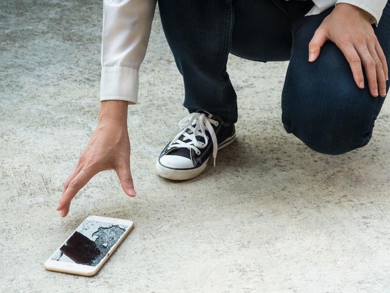 Upadki to najczęstsza przyczyna awarii smartfonów /123RF/PICSEL