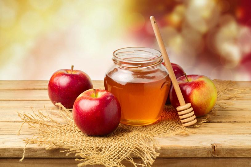 Upiększająca jabłkowa maseczka to niezawodny sposób na przywrócenie cerze nieskazitelnego wyglądu /123RF/PICSEL