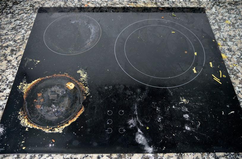 Uporczywe plamy usuniesz za pomocą sody i wody utlenionej /123RF/PICSEL