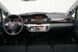Uporządkowana i ładna, a przy tym lepiej wykończona: deska Hondy wygląda jak z auta premium. /Motor
