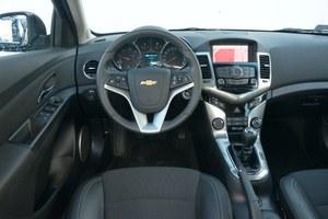 Uporządkowana tablica rozdzielcza Chevroleta (tutaj w najbogatszej wersji LTZ) wykonana jest z przyzwoitych materiałów i wyróżnia się prostą obsługą. /Motor