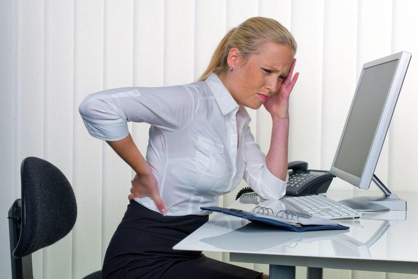 Upowszechnienie komputerów i internetu wymusiło na pracownikach biurowych całkowicie siedzący tryb pracy /123RF/PICSEL