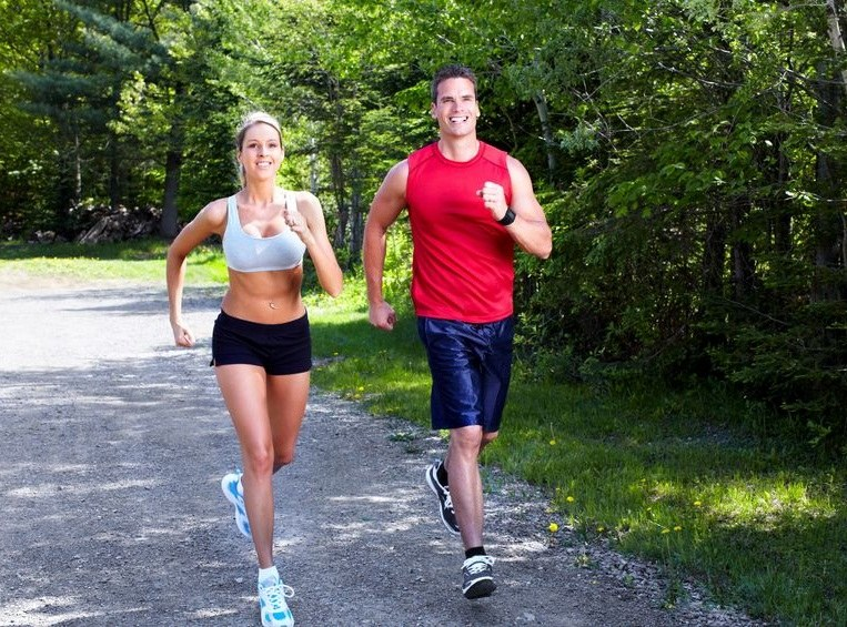 Uprawiaj sport, a jeśli nie możesz - spaceruj jak najwięcej /123RF/PICSEL