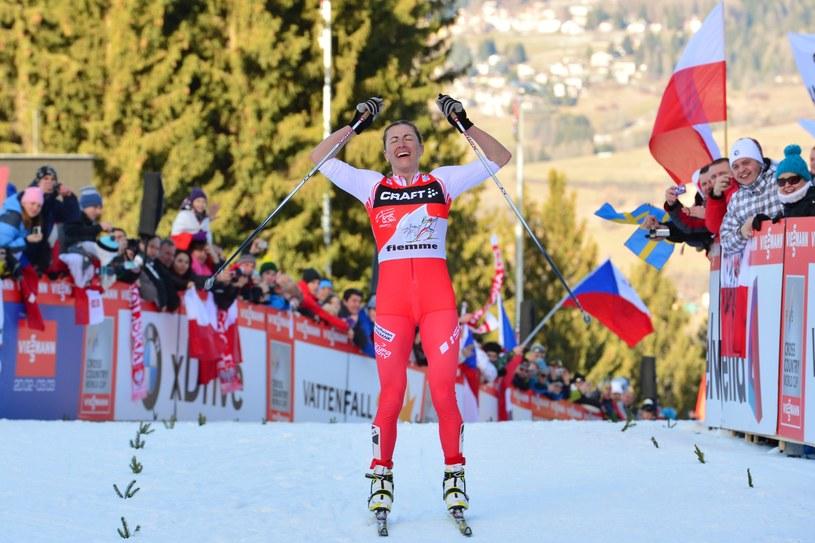 Uradowana Justyna Kowalczyk mija linię mety ostatniego etapu Tour de Ski /AFP