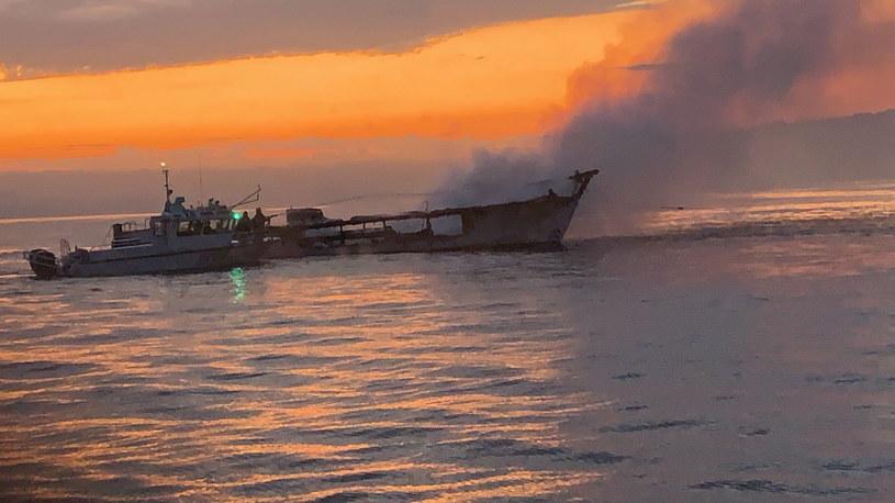 Uratowało się pięciu członków załogi, 34 osoby zostały uznane za zmarłe /VENTURA COUNTY FIRE DEPARTMENT /PAP/EPA