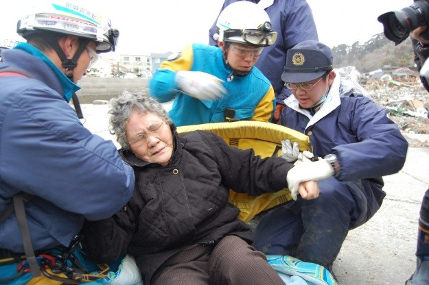 Uratowana 80-letnia Sumi Abe /PAP/EPA