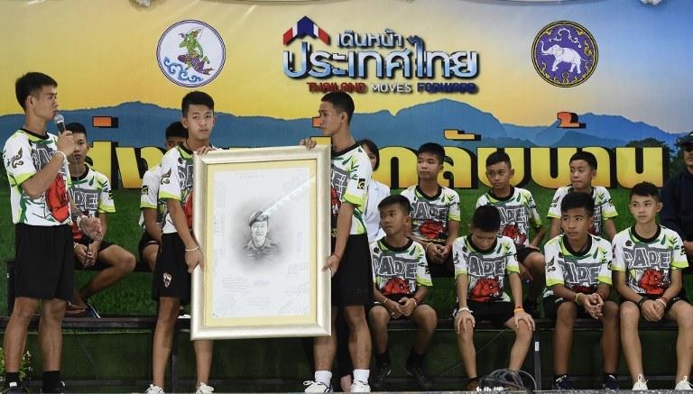 Uratowani chłopcy podczas konferencji prasowej /AFP PHOTO / LILLIAN SUWANRUMPHA /AFP