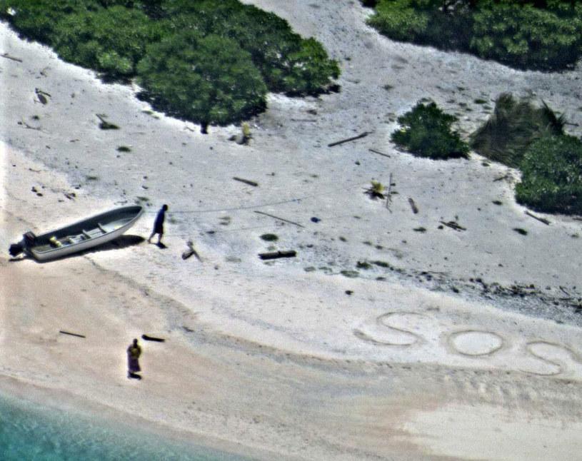 "Uratowani dzięki napisanym na piasku ""SOS"" /US NAVY / HANDOUT /PAP/EPA"