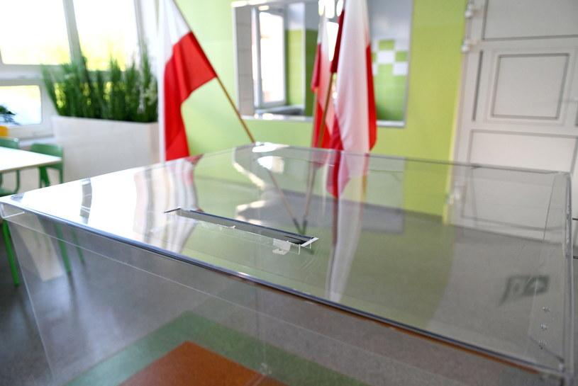 Urna w siedzibie Obwodowej Komisji Wyborczej w Rzeszowie /Darek Delmanowicz /PAP