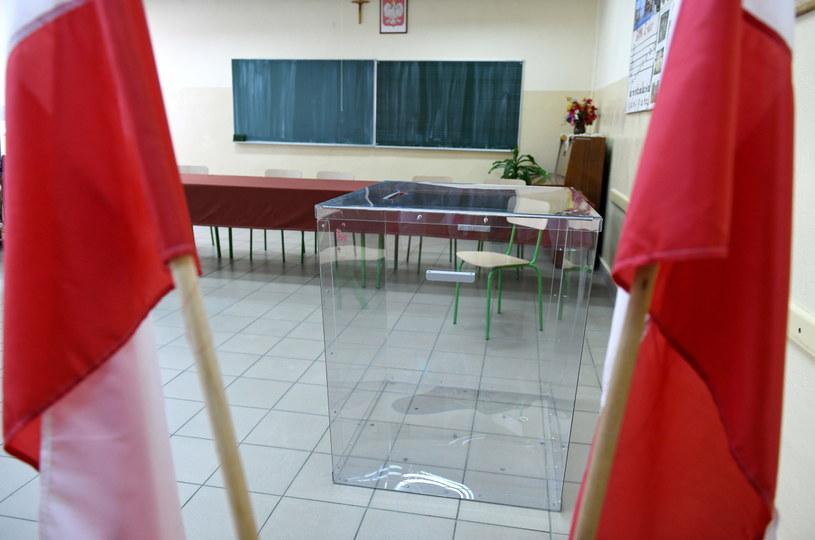 Urna w siedzibie Obwodowej Komisji Wyborczej (zdjęcie ilustracyjne) /Darek Delmanowicz /AFP