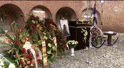 Urna z prochami Mrożka wystawiona w Barbakanie
