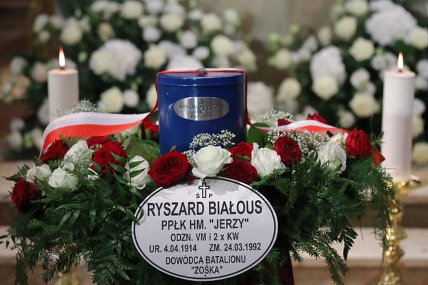 Urna z prochami Ryszarda Białousa / Tomasz Gzell    /PAP