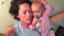 Uroczy maluch zrobi wszystko, żeby obudzić mamę