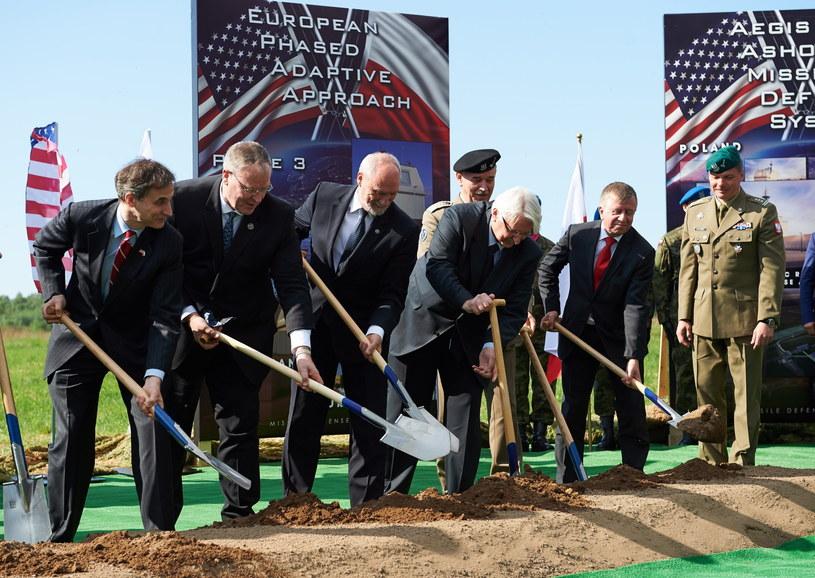 Uroczysta inauguracja budowy amerykańskiej instalacji obrony przeciwrakietowej na terenie polskiej bazy w Redzikowie /Adam Warżawa /PAP