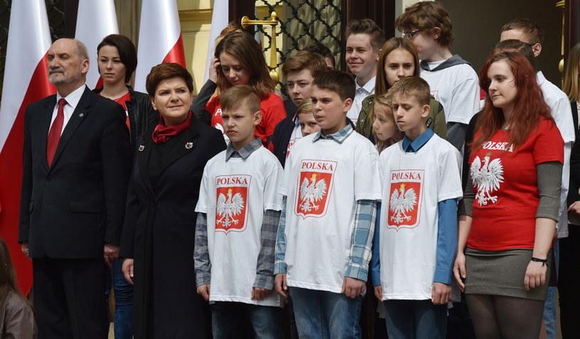 Uroczyste podniesienie flagi przed KPRM /Radek Pietruszka /PAP