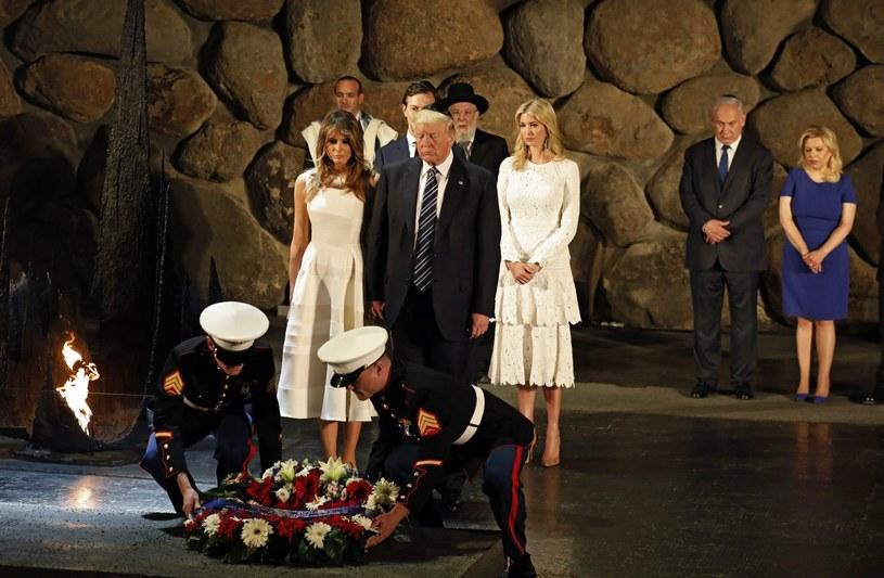 Uroczystość składania wieńca przez Prezydenta USA oraz jego żonę i córkę podczas odwiedzin w Yad Vashem Instytucie Pamięci Męczenników i Bohaterów Holocaustu. /GALI TIBBON /PAP/EPA