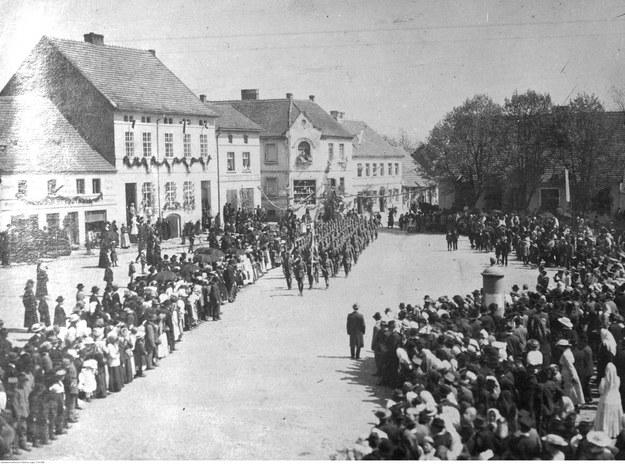 Uroczystość wręczenia sztandaru 2 Eskadrze Wielkopolskiej w Nowym Mieście nad Wartą /Z archiwum Narodowego Archiwum Cyfrowego