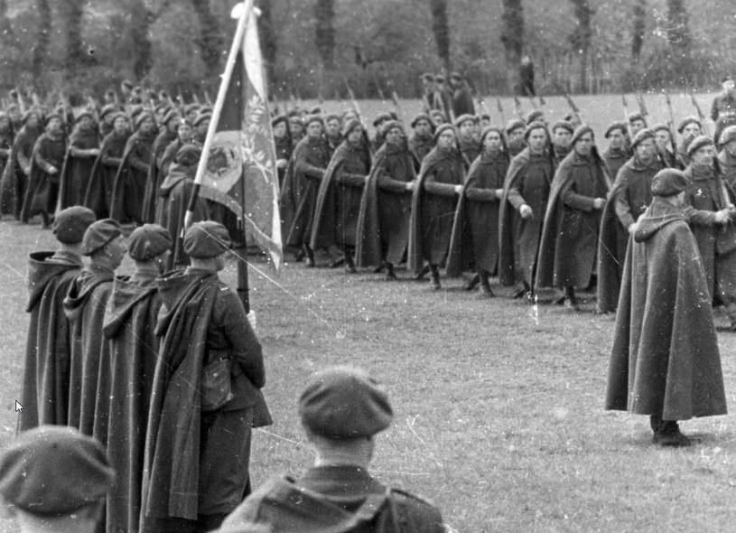 Uroczystość wręczenia sztandaru Samodzielnej Brygadzie Strzelców Podhalańskich. Defilada /Z archiwum Narodowego Archiwum Cyfrowego