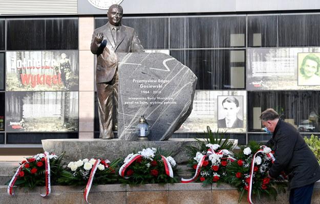 Uroczystość złożenia kwiatów i zapalenia zniczy przy pomniku Przemysława Gosiewskiego w Kielcach / Piotr Polak    /PAP
