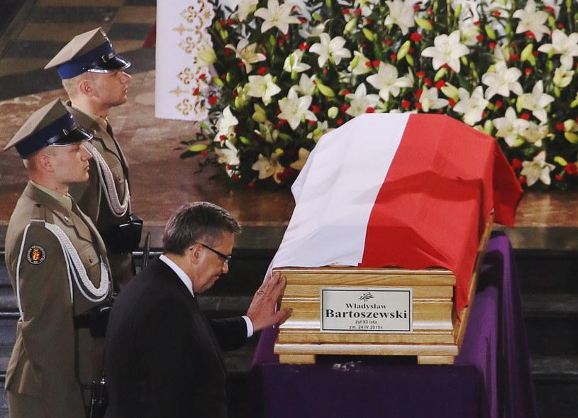 Uroczystości pogrzebowe profesora Władysława Bartoszewskiego, Bronisław Komorowski podczas mszy /Paweł Supernak /PAP
