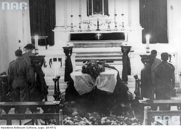 Uroczystości pogrzebowe w Gibraltarze. Trumna z ciałem gen. Władysława Sikorskiego w kościele (8 lipca 1943 r.) /Z archiwum Narodowego Archiwum Cyfrowego