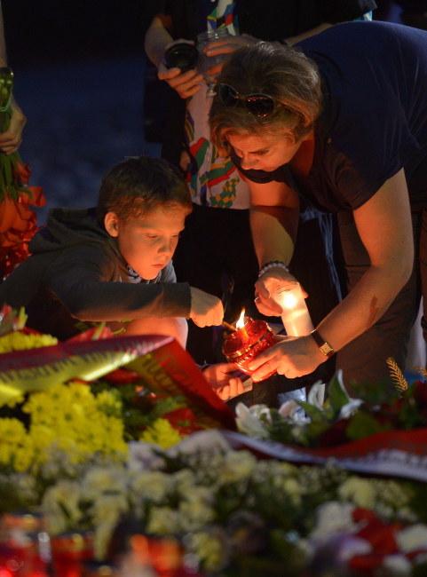 """Uroczystości przed pomnikiem """"Polegli Niepokonani"""" na wolskim cmentarzu /PAP/Radek Pietruszka    /PAP"""