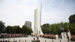 Uroczystości przed pomnikiem Polskiego Państwa Podziemnego i AK