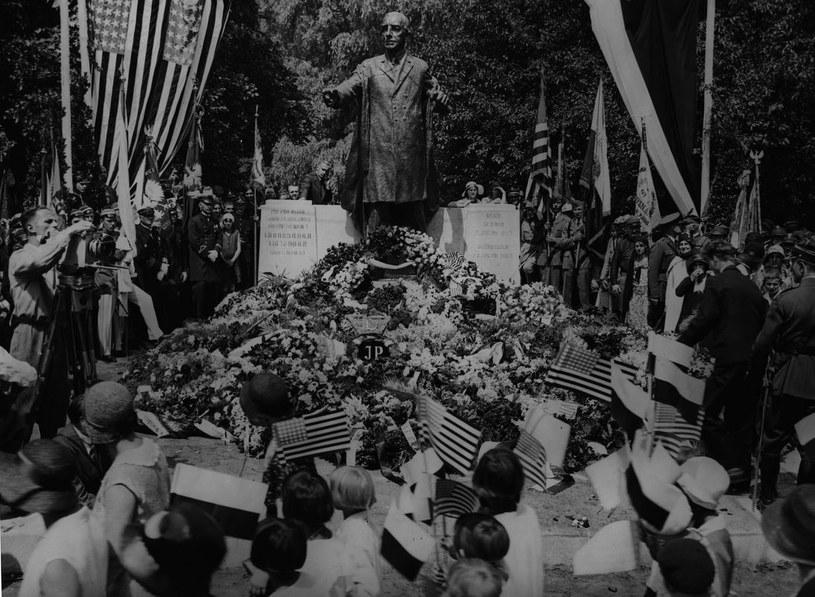 Uroczystości w amerykańskim Dniu Niepodległości pod pomnikiem Woodrowa Wilsona w Poznaniu (1931 r.) /Z archiwum Narodowego Archiwum Cyfrowego