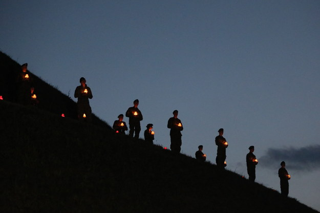 Uroczysty capstrzyk pod kopcem Piłsudskiego na wzgórzu Sowiniec, w ramach uroczystości związanych z 53. marszem szlakiem I kadrówki /Jacek Bednarczyk   /PAP