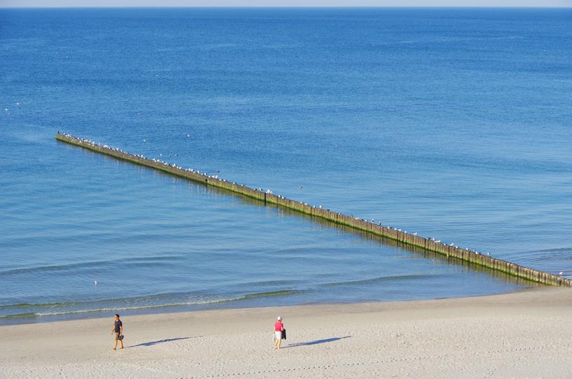 Urokliwe knajpki, latarnia i szerokie plaże to znaki rozpoznawcze Ustki /East News