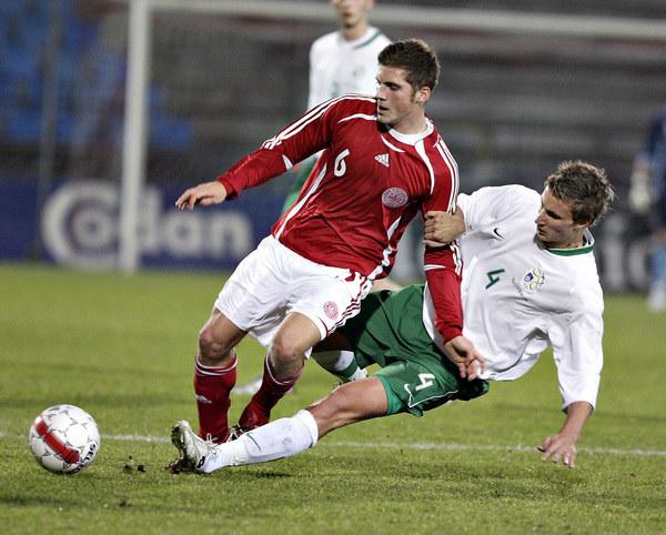 Urosz Korun (z prawej) w koszulce młodzieżowej reprezentacji Słowenii /AFP