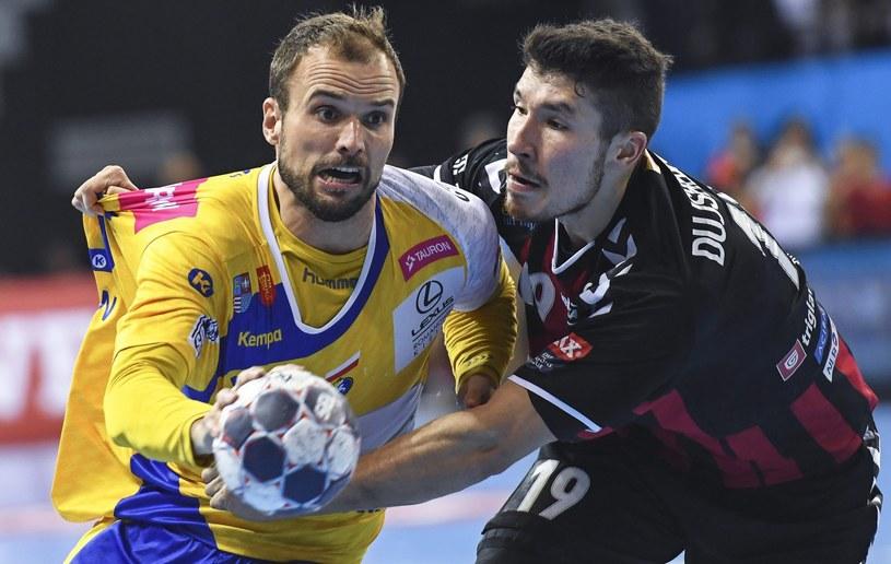 Urosz Zorman (Vive Tauron, z lewej) w walce o piłkę z Aleksem Dujszebajewem /PAP