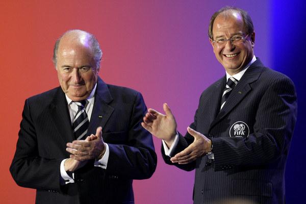 Urs Linsi (z prawej) znalazł się pod lupą prokuratury ws. piłkarskich mistrzostw świata 2006 /fot. FABRICE COFFRINI /AFP