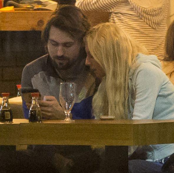 randki telefonów komórkowych sa dziewczyna randkowa sims