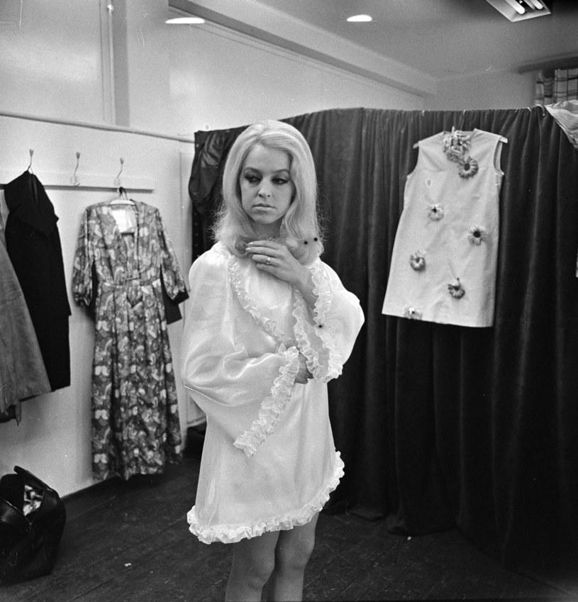 Urszula Sipińska w garderobie artystów podczas opolskiego festiwalu, 1969 r. /Jerzy Michalski