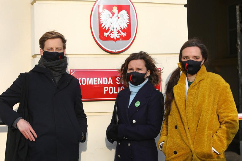 Urszula Zielińska, Klaudia Jachira i Franciszek Sterczewski  przed Komendą Stołeczną Policji. /Tomasz Jastrzebowski/REPORTER /Reporter
