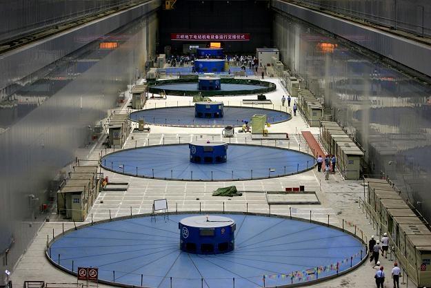 Uruchomiono ostatniej turbiny na największej zaporze świata na rzece Jangcy /AFP
