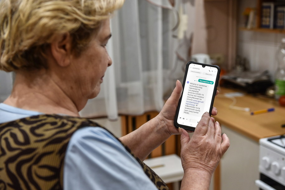 Another registration channel has been launched for vaccination against COVID-19 for people in the 70 plus group.  Simply send a message saying SZCZEPIMY SIĘ to 664 908 556. / Wojtek Jargiło / PAP / EPA