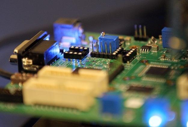 Urządzenia elektroniczne muszą zużywać coraz mniej energii /AFP