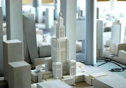 Urzędnicy chcieli się przekonać jak nowe wieżowce skomponują się z Pałacem Kultury/fot. Miasto Forma /krosno24.pl