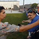 """Urzędniczka spoliczkowała kobietę skandującą: """"Konstytucja!"""". Sprawa trafi do sądu"""