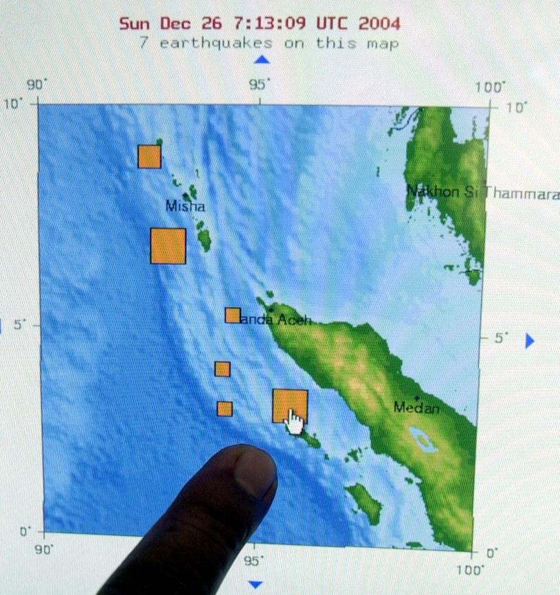 Urzędnik Biura Meteorologii i Geofizyki w Dżakarcie wskazuje na jeden z obszarów indonezyjskiej wyspy Sumatra najbardziej dotkniętych silnym trzęsieniem ziemi 26 grudnia 2004 r. /AFP