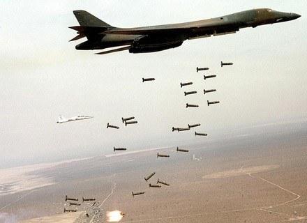 US Air Force B-1 B Lancer zrzuca bomby kasetowe w trakcie ćwiczeń nad Nową Zelandią, luty 2008 /AFP