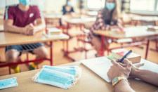USA: Czterech nauczycieli zmarło na COVID-19. Gubernator zakazuje noszenia maseczek w szkołach