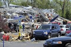 USA - krajobraz po przejściu ponad 100 tornad
