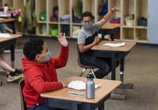 USA: Uczniowie w Kalifornii będą nosić maseczki. Federalne prawo mówi inaczej